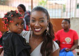 Miss Angola 2016 Luisa Baptista continua a levar sorriso a crianças de Luanda