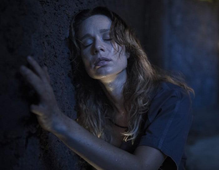Bruna ( Mariana Ximenes ) vai com o grupo explorar os túneis do presídio atrás de uma saída