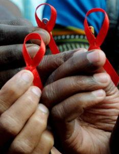 BAN01 BANGALORE (INDIA) 01/12/2009.- Activistas indios muestran lazos rojos durante el Día Mundial de la Lucha contra el Sida, en Bangalore (India), hoy, 1 de diciembre de 2009. La Organización Mundial de la Salud y Naciones Unidas celebran cada primero de diciembre este día para concienciar a la sociedad de la necesidad de actuar con responsabilidad frente al virus de inmunodeficiencia humana (VIH). EFE/Jagadeesh Nv  TELETIPOS_CORREO:HTH,HUMAN RIGHTS,%%%,%%%