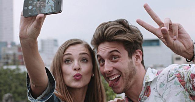 Saiba porque é tão perigoso tirar selfies a mostrar os dedos